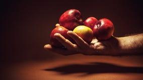 Μια κόκκινη Apple σε ένα χέρι Στοκ φωτογραφία με δικαίωμα ελεύθερης χρήσης