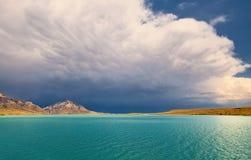 Μια λίμνη κάτω από το θυελλώδη μπλε ουρανό στοκ φωτογραφίες με δικαίωμα ελεύθερης χρήσης