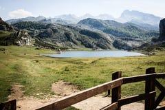 Μια λίμνη μπροστά από τα βουνά στοκ φωτογραφία με δικαίωμα ελεύθερης χρήσης