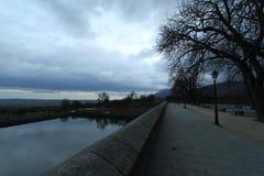 Μια λίμνη σε μια πόλη με τον όμορφο ουρανό στοκ φωτογραφία με δικαίωμα ελεύθερης χρήσης