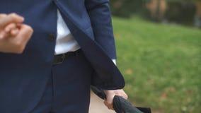 Μια λαβή ομπρελών στο χέρι νεόνυμφων ` s απόθεμα βίντεο