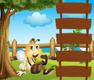 Μια μέλισσα και οι κενές ξύλινες πινακίδες Στοκ Φωτογραφίες