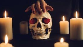 Μια μαγική τελετή με ένα κρανίο και τα κεριά απόθεμα βίντεο