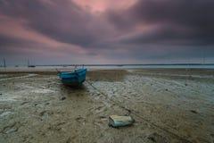 Μια μακροχρόνια εικόνα έκθεσης της βάρκας με τη νεφελώδη στιγμή ως υπόβαθρο στοκ φωτογραφίες με δικαίωμα ελεύθερης χρήσης