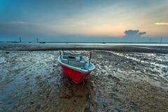 Μια μακροχρόνια εικόνα έκθεσης της βάρκας με τη νεφελώδη στιγμή ως υπόβαθρο στοκ φωτογραφία με δικαίωμα ελεύθερης χρήσης
