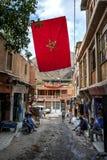 Μια μαροκινή σημαία που πετά σε μια οδό στο ορεινό χωριό Imlil στο Μαρόκο Στοκ φωτογραφίες με δικαίωμα ελεύθερης χρήσης