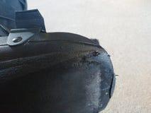 Μια μαύρα ορθοπεδικά ή ιατρικά μπότα, χυτή ή υποδήματα Στοκ Εικόνες