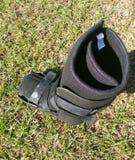 Μια μαύρα ορθοπεδικά ή ιατρικά μπότα, χυτή ή υποδήματα Στοκ Φωτογραφία