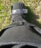 Μια μαύρα ορθοπεδικά ή ιατρικά μπότα, χυτή ή υποδήματα Στοκ Εικόνα