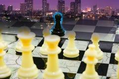 Μια μαύρη ενέχυρων πάλης επιχείρηση έννοιας σκακιού ομάδων άσπρη Στοκ Εικόνα