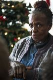 Μια μαύρη ηλικιωμένη γυναίκα στις διακοπές Chrismas Στοκ Εικόνες