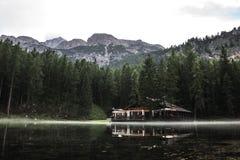 Μια μαλακή ομίχλη περιέβαλε το chatel της λίμνης Ghedina Στοκ εικόνες με δικαίωμα ελεύθερης χρήσης