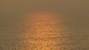 Μια μεγάλη άποψη του ωκεανού στο σύνολο ήλιων στοκ φωτογραφία με δικαίωμα ελεύθερης χρήσης