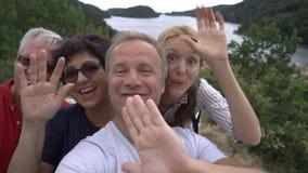 Μια μεγάλη ευτυχής οικογένεια παίρνει ένα selfie ή χρησιμοποιεί κάμερα τηλεφωνικής την τηλεοπτική κλήσης seacoast φιλμ μικρού μήκους