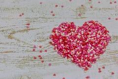 Μια μεγάλη καρδιά έκανε από τις ζωηρόχρωμες μικρές καρδιές Στο ξύλινο υπόβαθρο, φωτογραφία bokeh Διακοπές ημέρας βαλεντίνων ` s β στοκ εικόνα