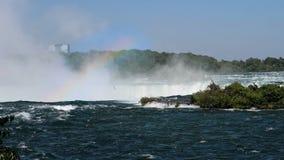 Μια μεγάλη πτώση Niagara με ένα ουράνιο τόξο και seagulls φιλμ μικρού μήκους