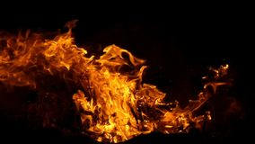 Μια μεγάλη φλόγα στην ακτή Μαύρης Θάλασσας βαθιά τη νύχτα στην slo-Mo απόθεμα βίντεο