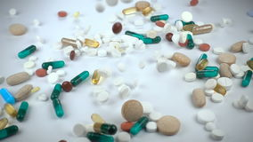 Μια μεγάλη και ποικίλη κατάταξη των φαρμακευτικών φαρμάκων ή των συμπληρωμάτων βιταμινών πέφτει μέσα σε ένα άσπρο κλίμα απόθεμα βίντεο