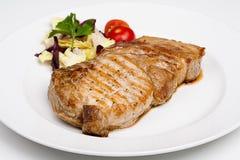 Μια μεγάλη μπριζόλα βόειου κρέατος με τα λαχανικά Στοκ εικόνα με δικαίωμα ελεύθερης χρήσης