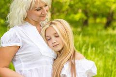 Μια μεγάλη οικογένεια στηρίζεται στη φύση Στοκ εικόνα με δικαίωμα ελεύθερης χρήσης