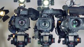 Μια μεγέθυνση στον πυροβολισμό σε τρία βιντεοκάμερα απόθεμα βίντεο