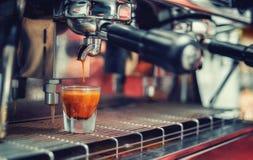 Μια μειωμένη πτώση του καφέ σε ένα φλυτζάνι Στοκ Εικόνες