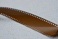 Μια μερίδα μιας καφετιάς ταινίας σε μια γκρίζα επιφάνεια Στοκ Φωτογραφία