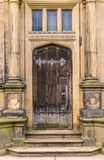 Μια μεσαιωνική καφετιά ξύλινη πόρτα με τις στήλες στοκ εικόνες