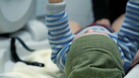 Μια μητέρα αλλάζει μια πάνα POV του μωρού απόθεμα βίντεο