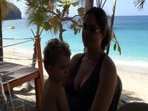 Μια μητέρα και ένα παιδί στη χαμηλότερη παραλία κόλπων στις Γρεναδίνες απόθεμα βίντεο