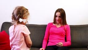 Μια μητέρα και η χαριτωμένη κόρη της ένα παιχνίδι στο γιατρό φιλμ μικρού μήκους