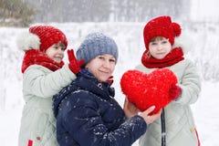 Μια μητέρα με τα δίδυμα κορών παίζει με τη plushy καρδιά στοκ φωτογραφίες με δικαίωμα ελεύθερης χρήσης