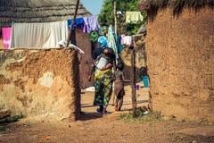 Μια μητέρα με τα παιδιά της στην Αφρική Στοκ Εικόνες