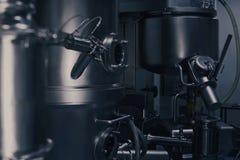 Μια μηχανή παραγωγής ιατρικής σε ένα σύγχρονο εργαστήριο Φαρμακευτικός εξοπλισμός κατασκευής Φαρμακευτικός στοκ εικόνες με δικαίωμα ελεύθερης χρήσης