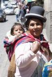 Μια μη αναγνωρισμένη γυναίκα φέρνει το μωρό της στην παραδοσιακή σφεντόνα στις 5 Ιανουαρίου 2009 στο Λα Παζ, Βολιβία Στοκ Φωτογραφίες
