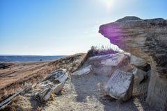 Μια μικρή άκρη απότομων βράχων αιωρείται πέρα από μια πορεία φύσης στοκ εικόνα με δικαίωμα ελεύθερης χρήσης