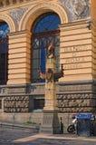 Μια μικρή αρχαία στήλη - διακοσμεί την πρόσοψη του κτηρίου Πλατεία Giovanni Bovio Νάπολη Ιταλία Στοκ Φωτογραφίες
