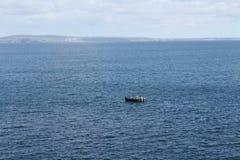 Μια μικρή βάρκα από την ακτή της Κορνουάλλης Στοκ φωτογραφία με δικαίωμα ελεύθερης χρήσης