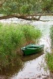 Μια μικρή βάρκα κωπηλασίας στον κάλαμο Στοκ φωτογραφίες με δικαίωμα ελεύθερης χρήσης