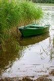 Μια μικρή βάρκα κωπηλασίας στον κάλαμο Στοκ εικόνα με δικαίωμα ελεύθερης χρήσης