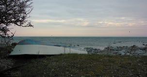 Μια μικρή βάρκα σειρών στην ακτή Ωκεάνια άποψη, ρόδινοι ουρανός και seagulls που πετούν στο υπόβαθρο απόθεμα βίντεο