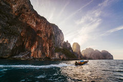 Μια μικρή βάρκα στην αυγή στοκ φωτογραφίες