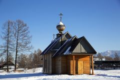Μια μικρή εκκλησία στο ρωσικό χωριό Zamulta το χειμώνα στην κοιλάδα Uimon, βουνά Altai Στοκ Φωτογραφία
