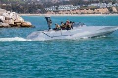 Μια μικρή καλυμμένη ναυτικό βάρκα στοκ εικόνα