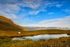 Μια μικρή λίμνη σε ένα κλίμα των πράσινων λοφωδών βουνών Στοκ φωτογραφίες με δικαίωμα ελεύθερης χρήσης