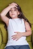 Μια μικρή Μεσο-Ανατολική όμορφη μικρή συνεδρίαση κοριτσιών που αισθάνεται κακή Στοκ φωτογραφία με δικαίωμα ελεύθερης χρήσης