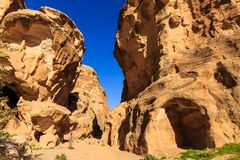 Μια μικρή μετάβαση μεταξύ των απότομων βράχων στη μικρή Petra σε Siq α Στοκ Εικόνα