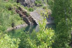 μια μικρή μπλε λίμνη στα ξύλα στοκ φωτογραφίες