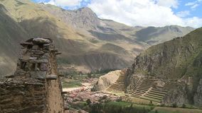 Μια μικρή πόλη και μερικά σκαλοπάτια που χτίζονται σε έναν λόφο φιλμ μικρού μήκους