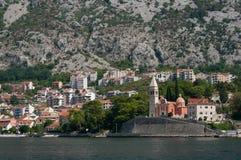Μια μικρή πόλη στην ακτή Boka Kotorska Κόλπων στοκ εικόνες